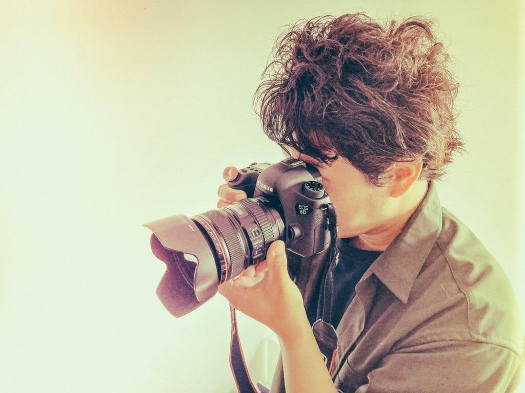 撮影中のカメラマン